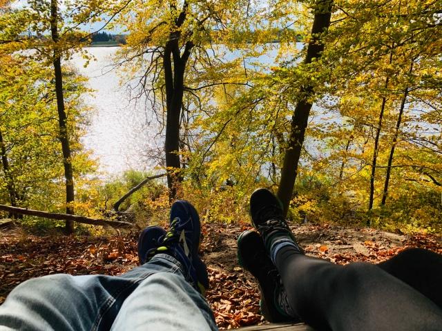 Elbe Aussicht im Herbst mit Wanderschuhen