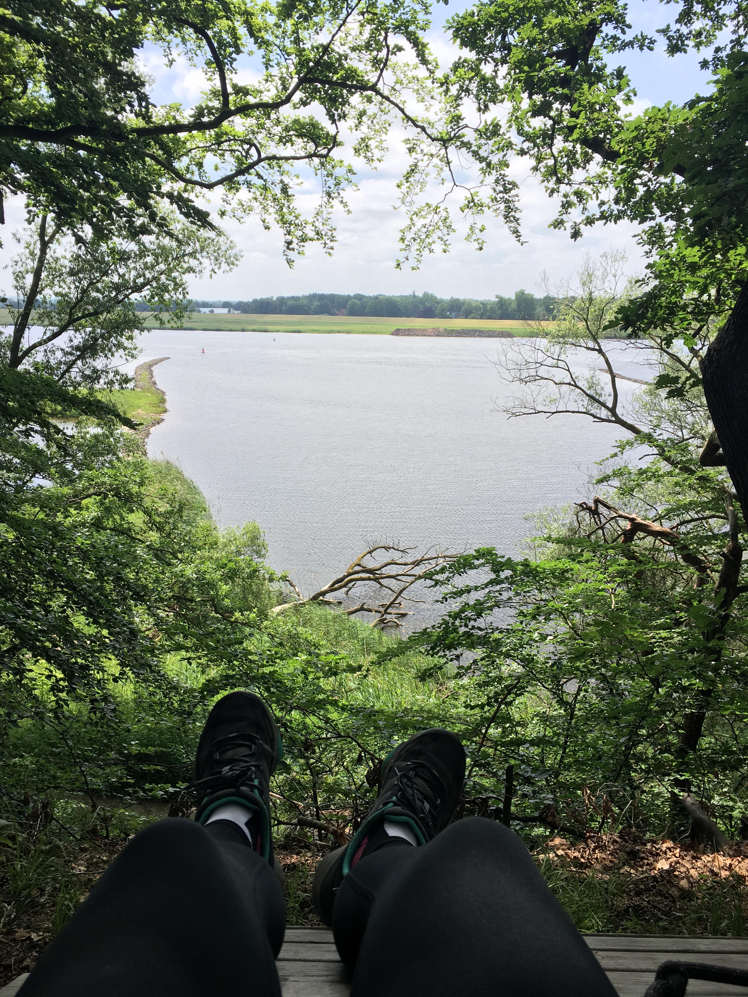 Wanderschuhe mit Blick auf Elbe